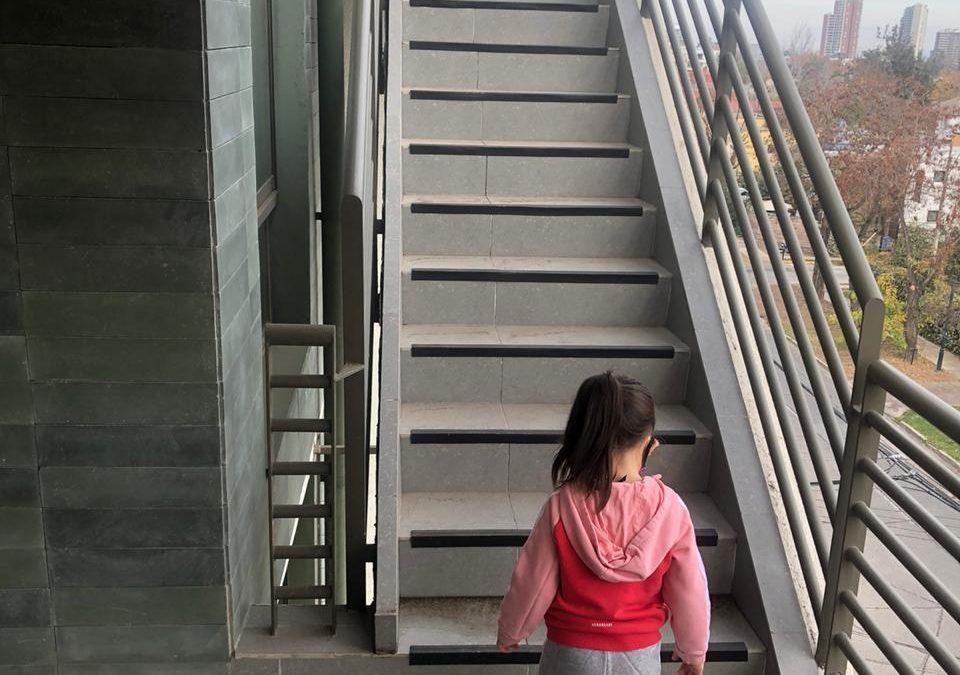 La curiosidad de los niños los lleva a correr riesgos innecesarios, como en este caso subir las escaleras y precipitarse. Las mallas de seguridad en balcones, terrazas y ventanas protegen a los niños.